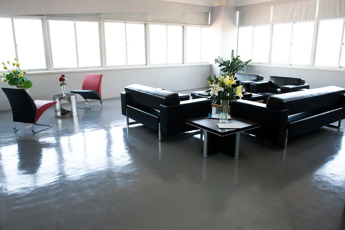 Wartebereich mit Sitzmöbeln